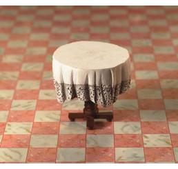 Kleine tafel met tafelkleed