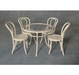 Witte metalen tafel met stoelen