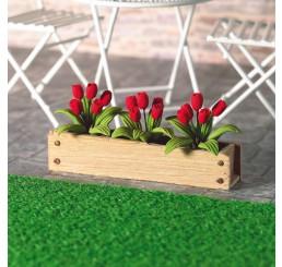 Bloembak met rode tulpen