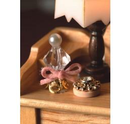 parfumflesje en poederdoos