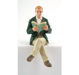 Man zittend, leest boek