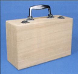 Houten koffer met metalen handvat
